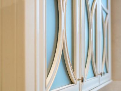 Фасады витражей имеют фрезеровку поддерживающий провонсальный стиль.