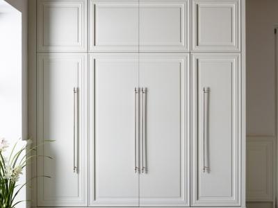 Пенальные шкафы со встроенной техникой делают кухню максимально функциональной.