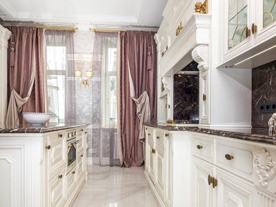 Кухня в классическом стиле, шелковисто жемчужно белые матовые фасады из  мдф   со сложной фрезеровкой придают кухне необходимую роскошь.