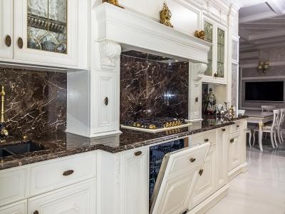 Стеклянные витражи с латунными вставками  придают кухни нужную роскашь.