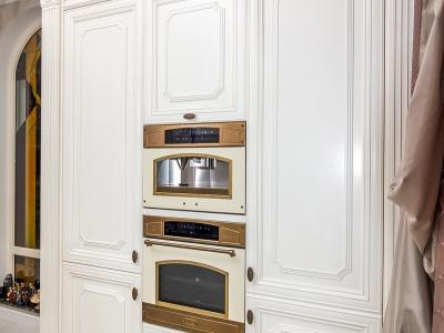 Встроенная дизайнерская  техника smeg  достойный комплект для классической  царской кухни.