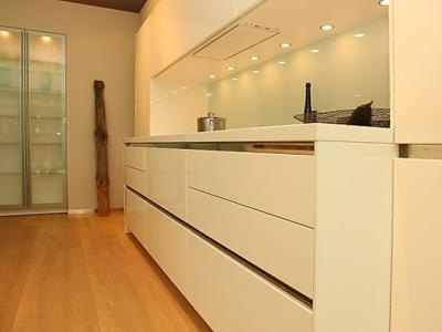 Фасады кухни высокого глянца, хромированный цоколь,  придают кухни необходимую роскошь