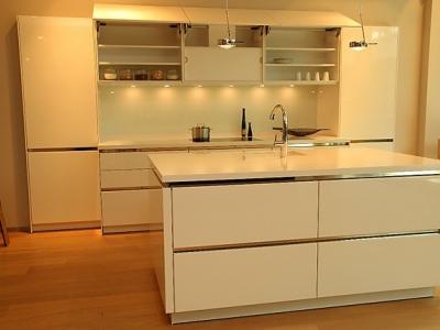 Вытяжка кухни также как и вся остальная техника встроена в кухню