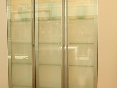 Высокие витрины хорошо вмещают интерьерную посуду студийного помещения