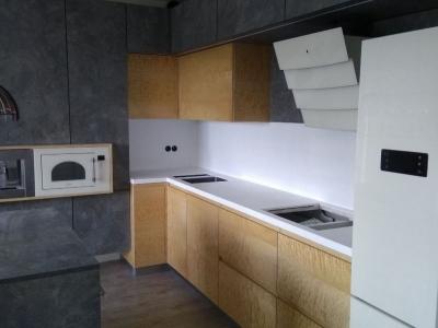Отдельно-стоящая вытяжка вместе с холодильником придают мебели современный стиль