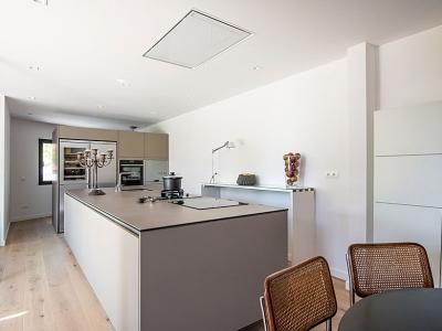 Островная кухня без верхней базы ящиков, удобна, функционирует в узком помещении с низкими потолками