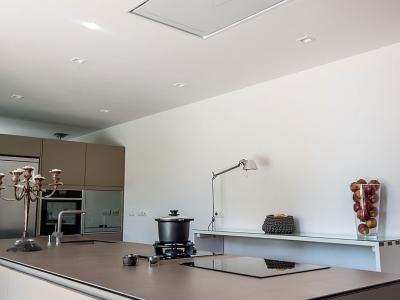 Встроенная вытяжка в потолок, стандартное решение для островных моделей кухонь