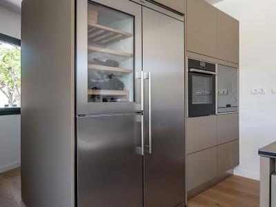 Пенальная система гармонично встроила технику и отдельно стоящий холодильник