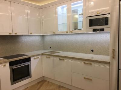 Угловая кухня в стиле современной классике. Фасады выполнены из МДФ со сложной ступенчатой фрезеровкой