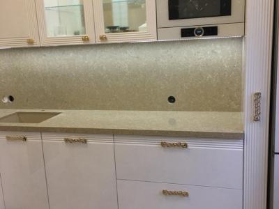 Каменная столешница со стеновой панелью хорошо сочетаются в нужной экспозиции кухни