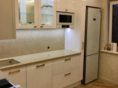 Отдельно стоящий холодильник гармонично встроен в конструкцию мебели