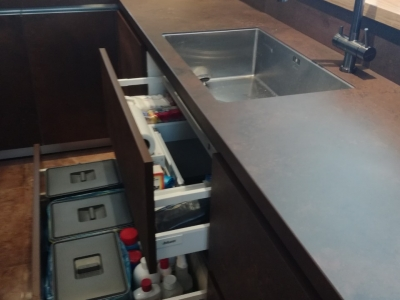 Под мойкой расположены выдвижные ящики, что позволяет максимально использовать всё свободное пространство. Нижний ящик укомплектован системой сортировки бытовых отходов