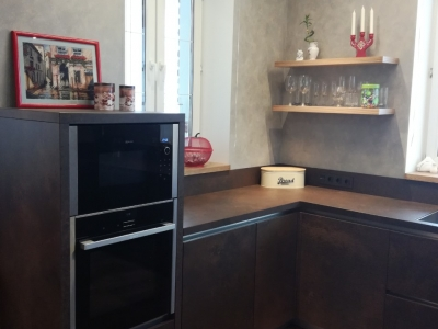 С левой стороны кухня завершается невысоким пеналом, благодаря чему духовой шкаф с свч располагаются на удобной высоте и в то же время не утяжеляют общий вид кухни