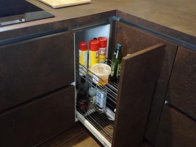 Выкатное двухуровневое карго расположенное справа от варочной поверхности - удобная зона хранения для бутылок
