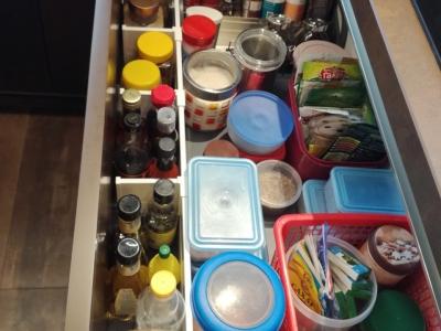 Продольный разделитель с поперечными фиксаторами помогают создать идеальный порядок в любом ящике, не смотря на большое количество различных мелких предметов, так необходимых на кухне