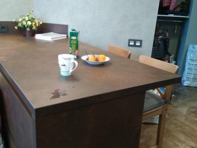 Co стороны гостиной полуостров используется в качестве стола
