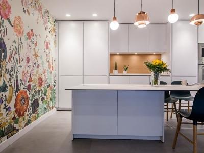 Сдержанный в ярких тонах интерьер не дает потеряться кухонному гарнитуры