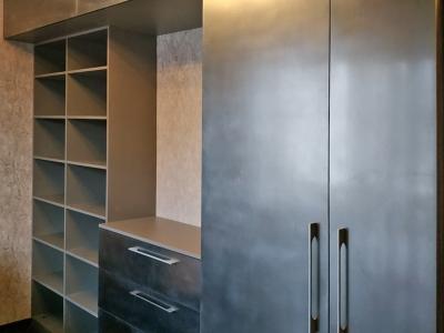 Современный шкаф с фасадами под металл