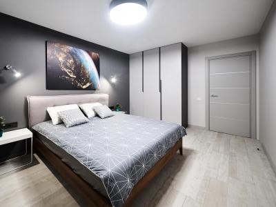 Шкаф в спальне , как и шкаф в прихожей, встроен под потолок