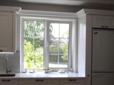 Карнизное соединение элементов над окном