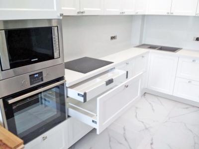 Современный стиль бытовой техники хорошо поддерживает выбранный скандинавский стиль кухонной мебели
