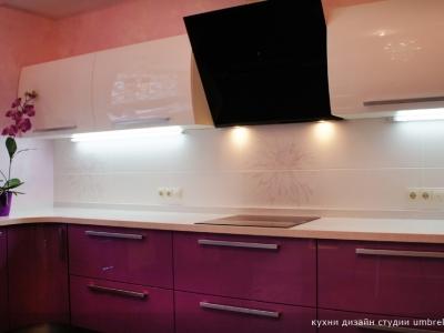 плитка на кухне имеет переходящий цветочный рисунок