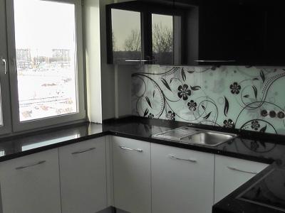 нижняя база кухни выполнена в монохромном цвете