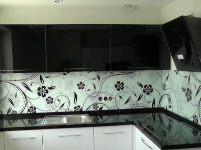рисунок на стекле разбавляет строгость расцветки кухни