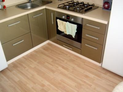 металлический оттенок  на фасадах кухни