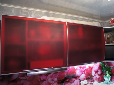 на верхних шкафах установлены витрины из матового акрилового стекла