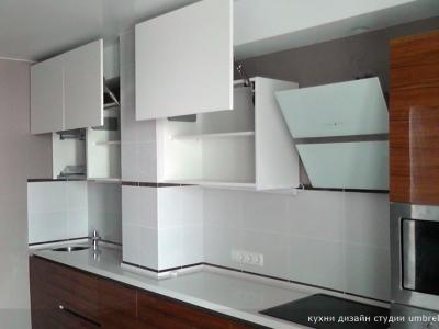 верхние шкафы укомплектованы подъемниками aventos HL