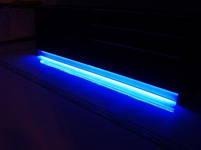 цветная полоска светодиодной подсветки под кухней