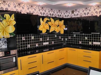 плитка уравновешивает черно-желтую гамму кухни
