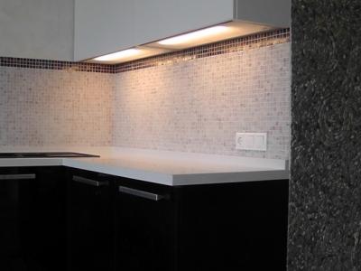 световые полки в верхних шкафах кухни