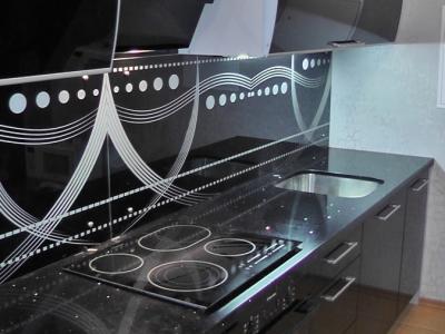рисунок на кухне сочетается даже с варочной панелью