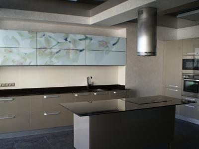 Фасады кухни выполнены из акрилового пластика