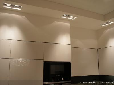кухня спроектирована в единый уровень с потолком