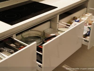 Кухня оснащена выдвижными австрийскими механизмами blum tandembox