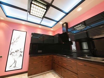 геометрия потолка подчеркивает общую симметрию кухни