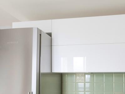 декоративный ящик зрительно расширяет размеры кухни