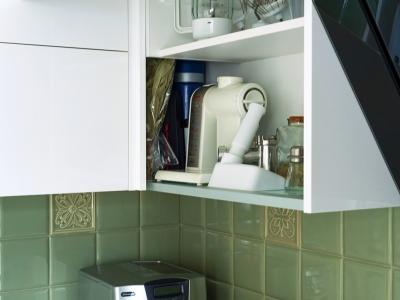 угловое решение, которое позволяет использовать подъемники в смежных шкафах