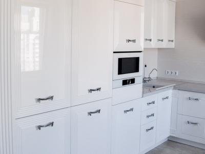 ряд  пеналов  с карнизом до потолка придают мощность кухни