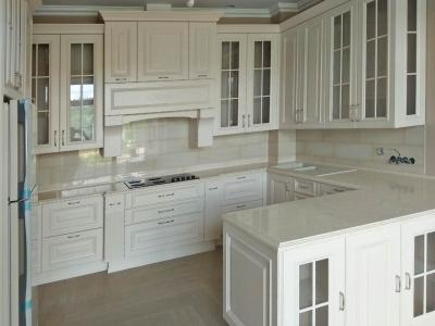Высокая верхняя база кухонных ящиков хорошо подходит для помещений с высокими потолками