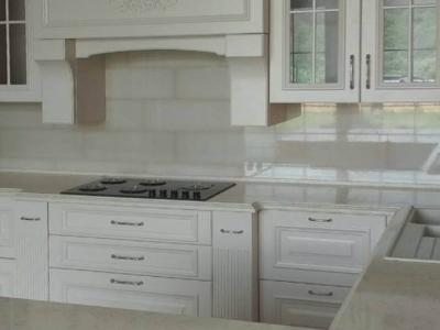 Декоративные элементы портала придают кухне неоспоримый богатый внешний вид