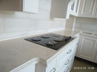 В зоне варочной панели кухонная база и столешница имеют большую глубину - удобство при готовке