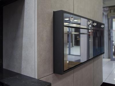 Блок духовых шкафов выступают от висящих пенальных шкафов  как оригинальное дизайнерское решение