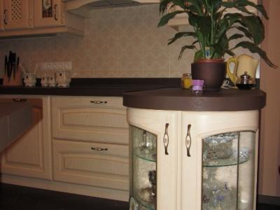 угловой радиусный шкаф на кухне