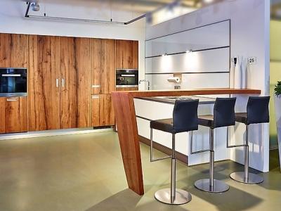 Современная угловая пенальная кухня, в квартиру студию