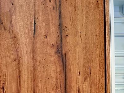 Фасады кухни изготовлены из  натурального шпона дуба, имеют  художественное  старение, придают кухни необходимую роскошь