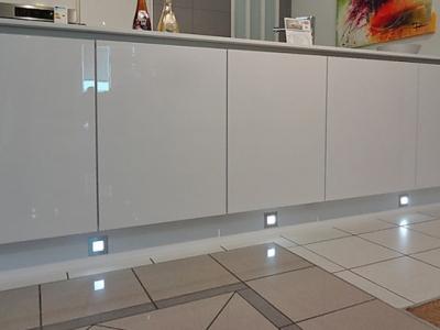 В цоколь кухни встроена подсветка подчеркивает дизайнерский штрих кухни